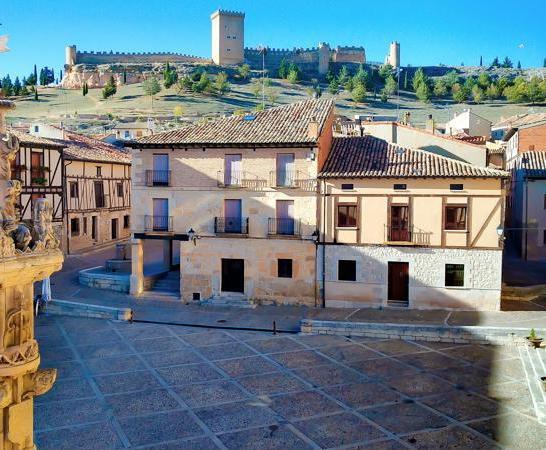 Plaza con el Rollo y el castillo al fondo.